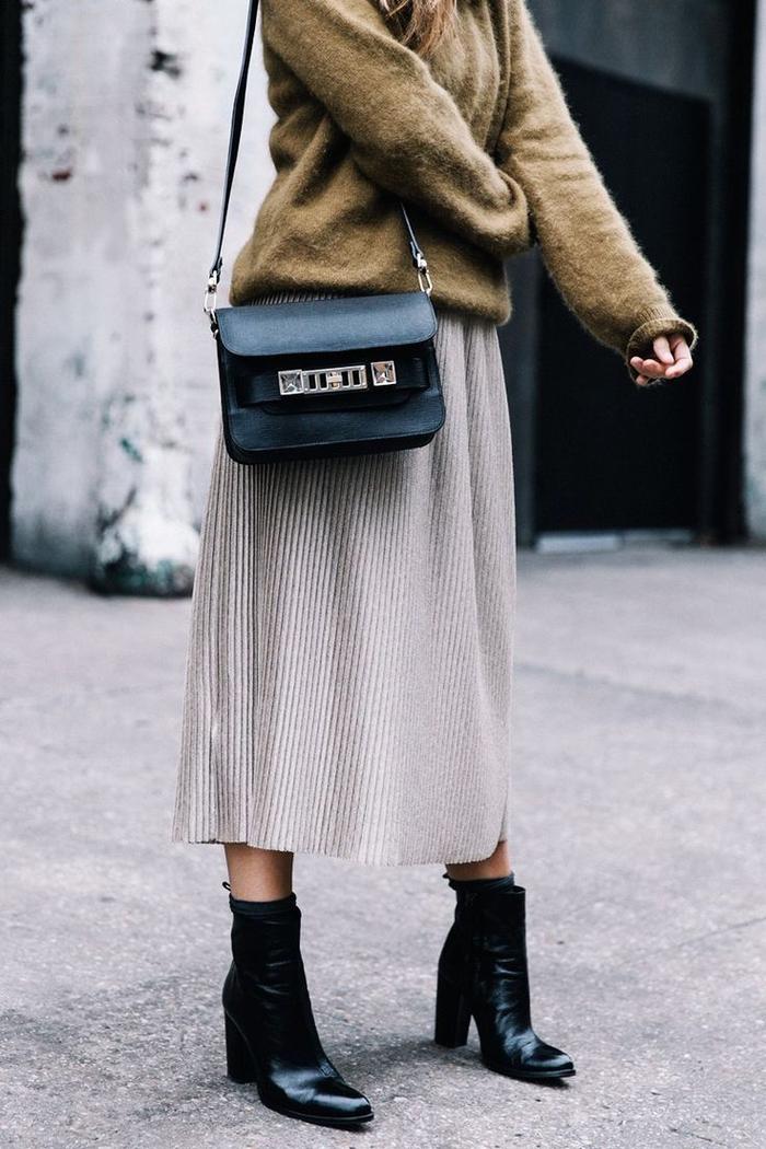 look stylé et chaud en automne avec une jupe mi-longue un pull oversize en kaki, leçons de style pour une couleur qui va avec le vert kaki