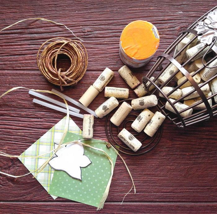 un bricolage automne avec des bouchons de liège récupérés pour réaliser une jolie citrouille