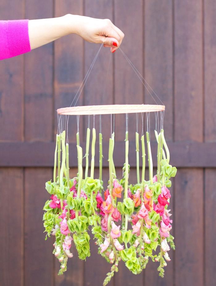 diy mariage simple, un anneau en bois, décoré de chutes de fleurs suspendues par des fils, style champêtre chic