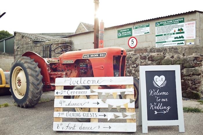 exemple de deco champetre mariage à la campagne, palette en bois programme mariage et tracteur, tableau noir bienvenu