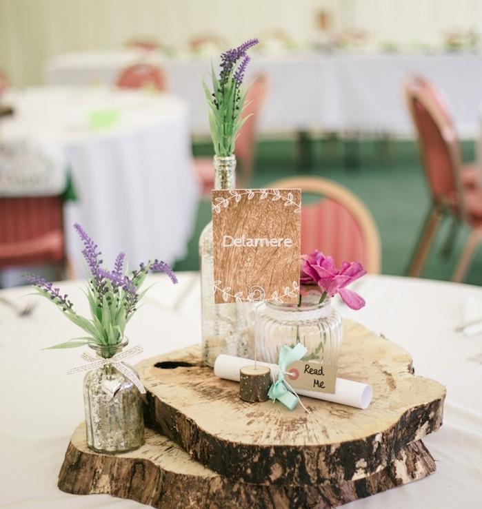 idées décoration mariage à faire soi-même, rondins en bois superposés, pots en verre fleuris, lavande, fleurs rose