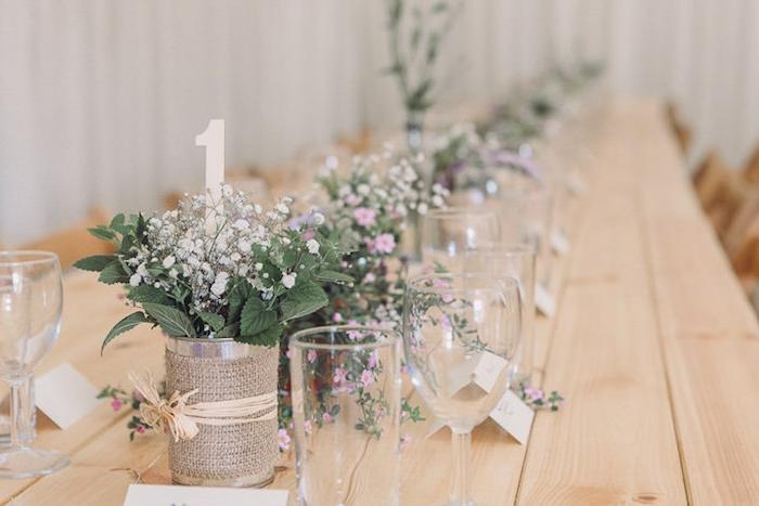 idées décoration mariage, table en bois clair, recyclage boites de conserve, décorés de jute avec des fleurs champetre