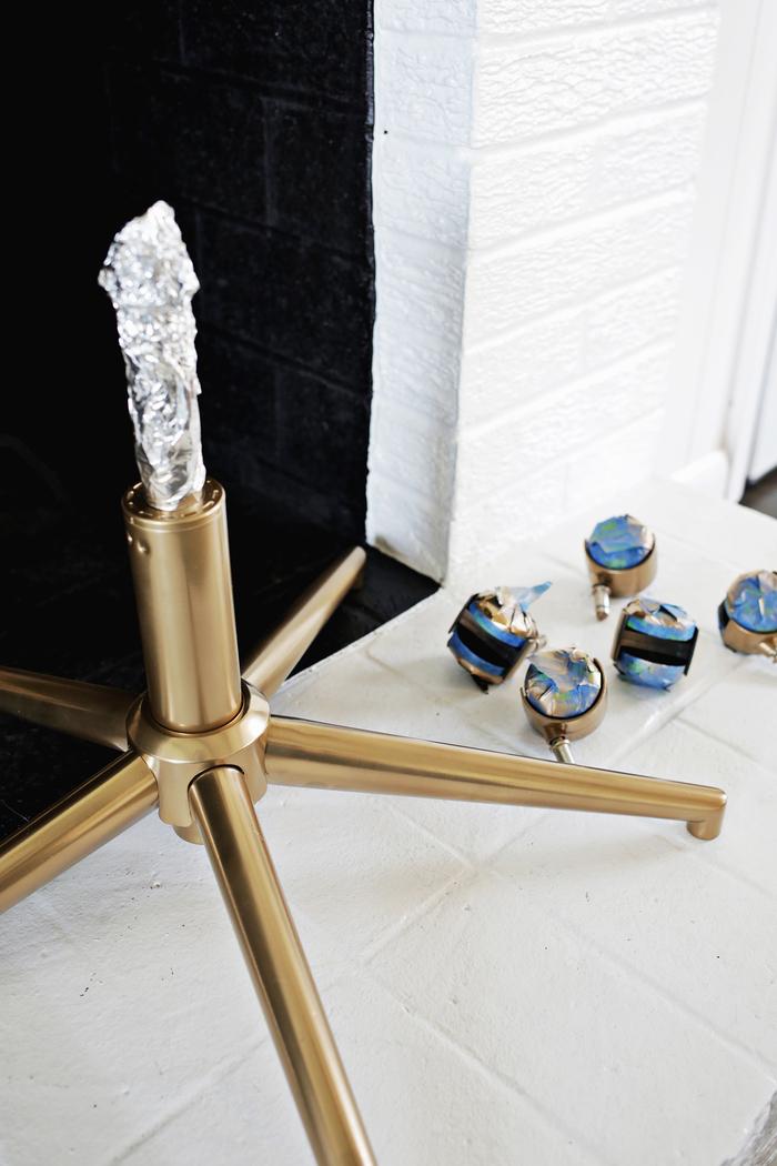 peindre un meuble avec de la peinture or pour un accent élégant et chic dans la déco, chaise de bureau à piètement doré et assise en fausse fourrure