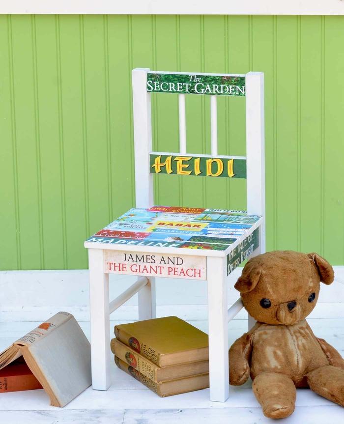 relooker un meuble d'enfant avec la technique de décopatch, chaise d'enfant relookée avec collages de titres de livres d'enfant