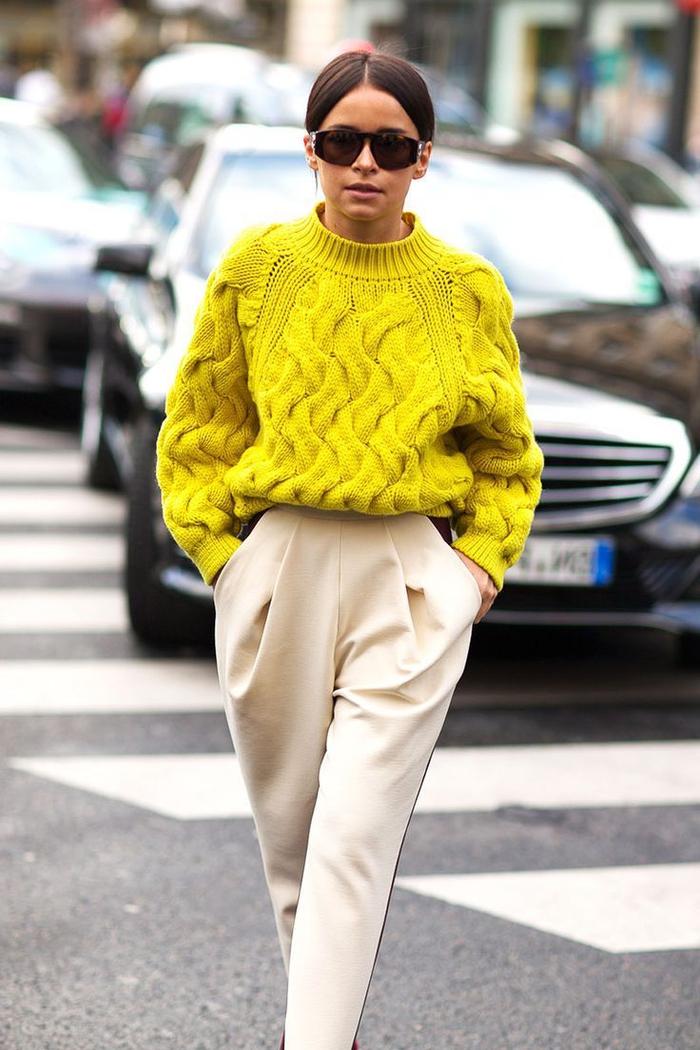idée originale pour une tenue pantalon kaki beige de coupe carotte assorti avec un maxi pull à grosse maille de couleur jaune fluo