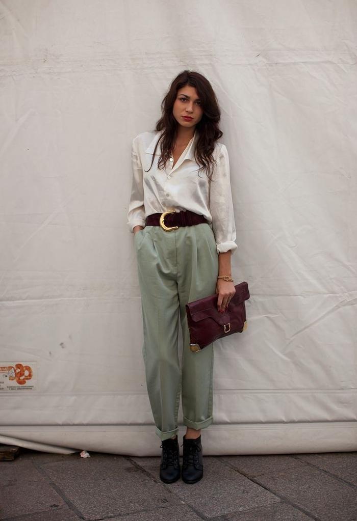 tenue chic et vintage avec un tailleur pantalon kaki femme à bas roulotté pour un twist moderne