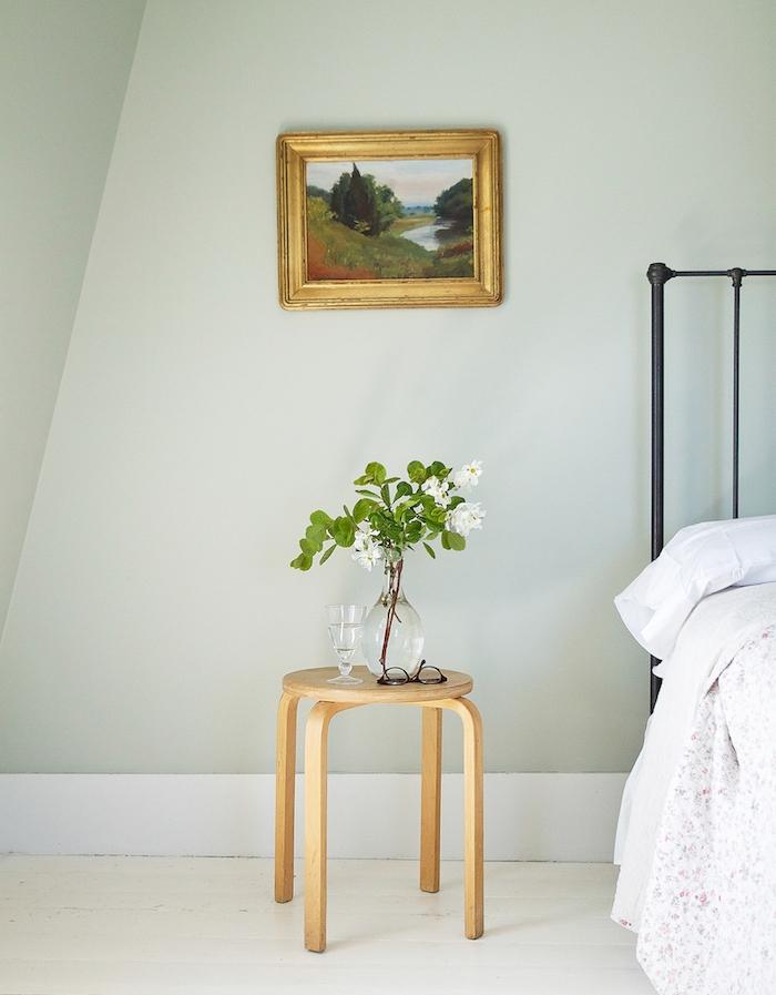 deco chambre adulte murs couleur vert de gris, lit noir metallique vintage, revetement sol blanc cassé, table de nuit en bois, style minimaluste