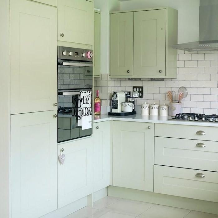 amengaement petite cuisine deco vert d eau couleur céladon, carrelage blanc cassé, plan de travail blanc, crédence et carrelage blanc, design vintage