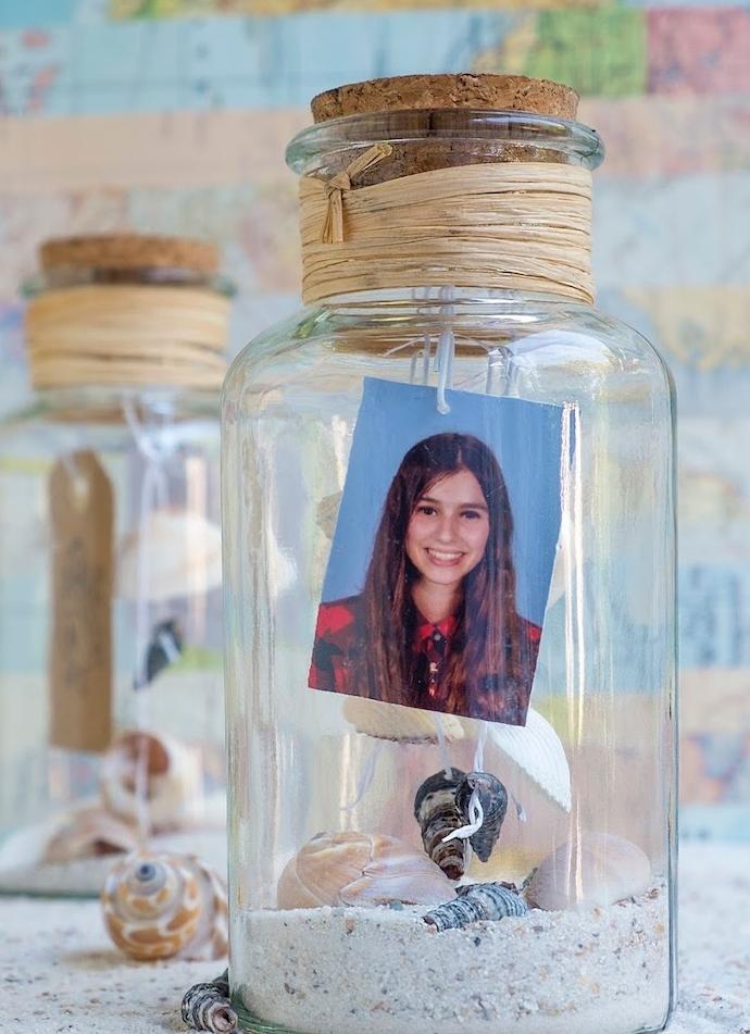idée déco chambre, modele de diy chambre, esprit bord de mer, photo meilleure amie dans une fiole en verre, sable et coquilles de mer