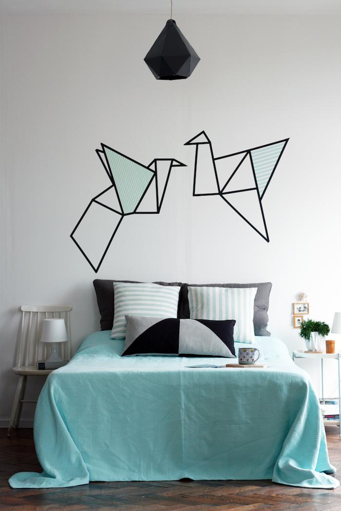 idée déco chambre à réaliser soi meme, motif origami crée avec des bandes de masking tape, suspension noire, linge de lit blei, noir et gris