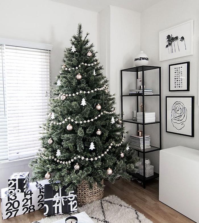 modele de sapin décoré simple, motif mini sapin de noel blanc, boules de noel argentées et guirlande de perles gris, ambiance scandinave cocooning