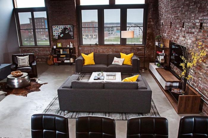 decoration d interieur, comment aménager le salon industriel, canapé en gris avec coussin en jaune moutarde