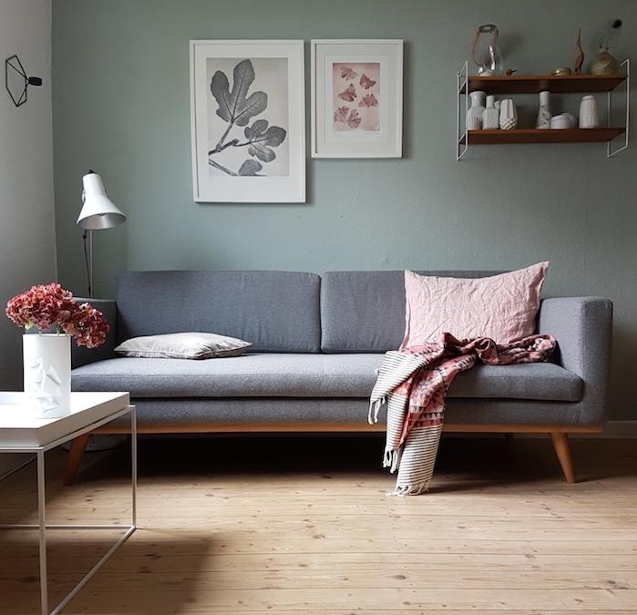 salon vert d eau, nuance celadon en peinture murale, canapé gris, parquet en bois clair, table basse minimaliste, étagère en bois et métal, design scandinave