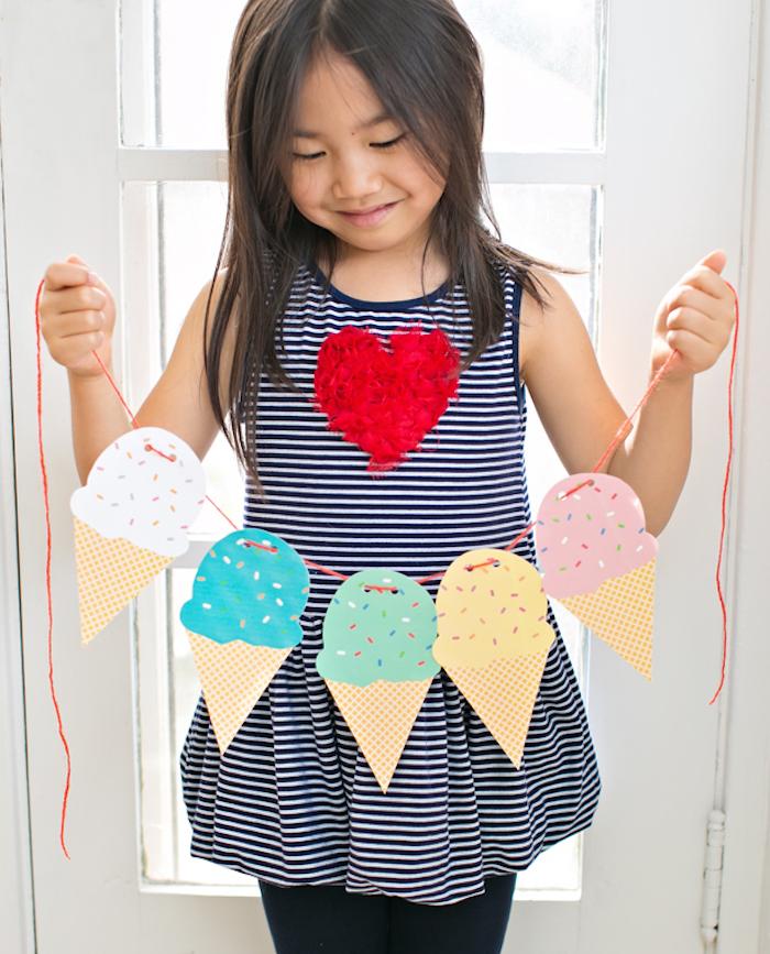 diy chambre enfant facile, une guirlande de glaces en papier sur un fil rouge, bricolage facile