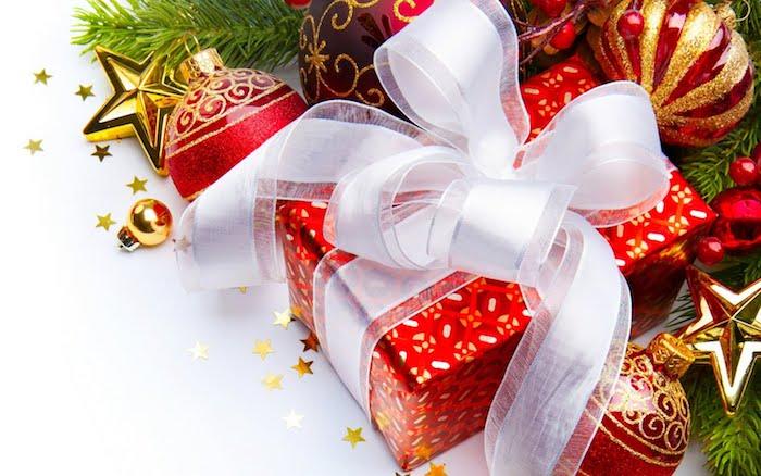 images de noël gratuites, boite cadeau avec emballage rouge et ruban blanc, boules de noel rouges et dorées, étoiles en or et branches de pin vertes