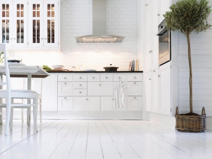 papier peint scandinave à imitation briques blanches, meubles de cuisine blancs, table à manger avec chaises blanches en bois