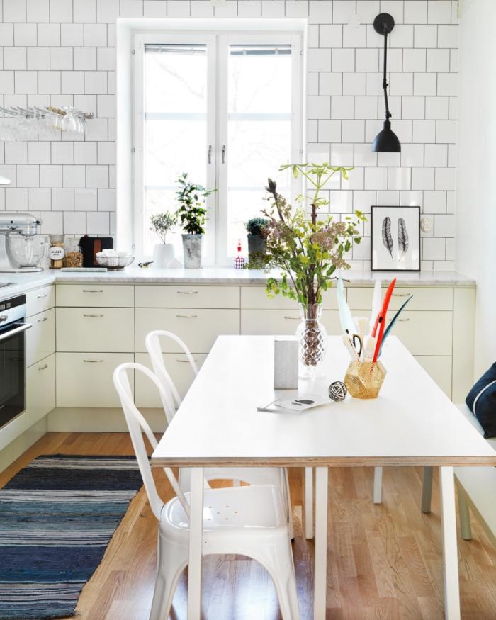 mobilier scandinave, revêtement des murs en carrelage briques blanches, bouquet de fleurs vertes sur table blanche