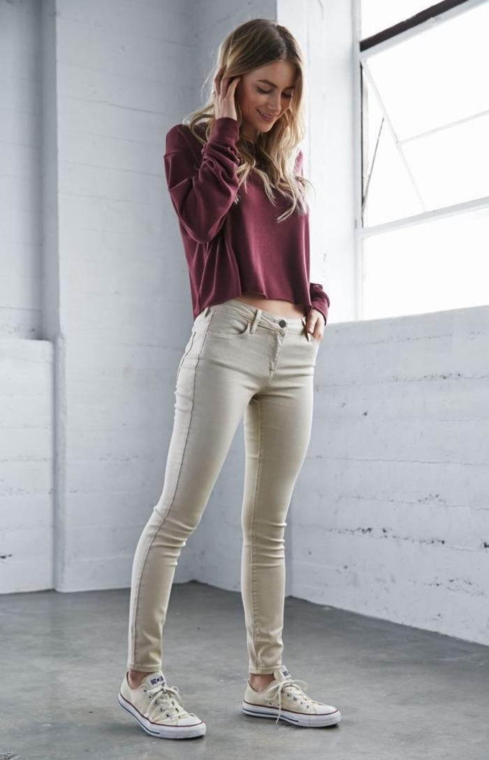 avec quelles couleurs associer le pantalon kaki femme de type slim, tenue décontractée en pull bordeaux, des tennis beige et un slim kaki