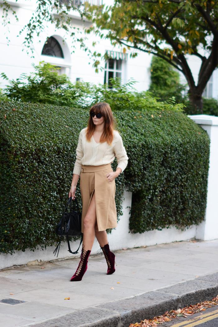 chic en jupe avec fente couleur beige kaki, pull en même nuance et des bottines bordeaux en suédine, quelle couleur avec le beige