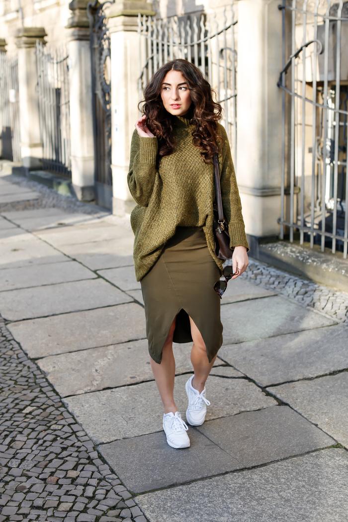 look ton sur idéal pour automne avec jupe mi-longue kaki fendue devant et pull oversize