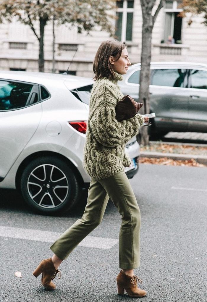 look ton sur ton casual chic avec un large pull à grosse maille et un pantalon kaki femme à coupe classique, combinés avec des bottines en daim