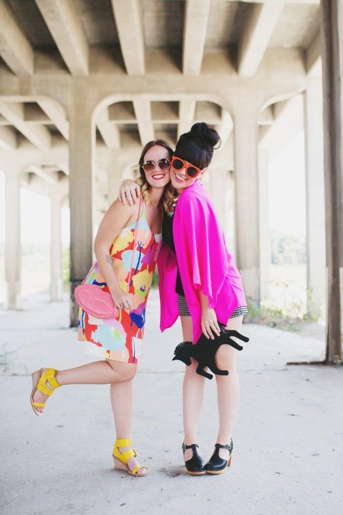 melange de couleur, robe multicolore courte à motifs aquarelle avec sandales jaune, gilet rose foncé avec shorts gris et sandales noires