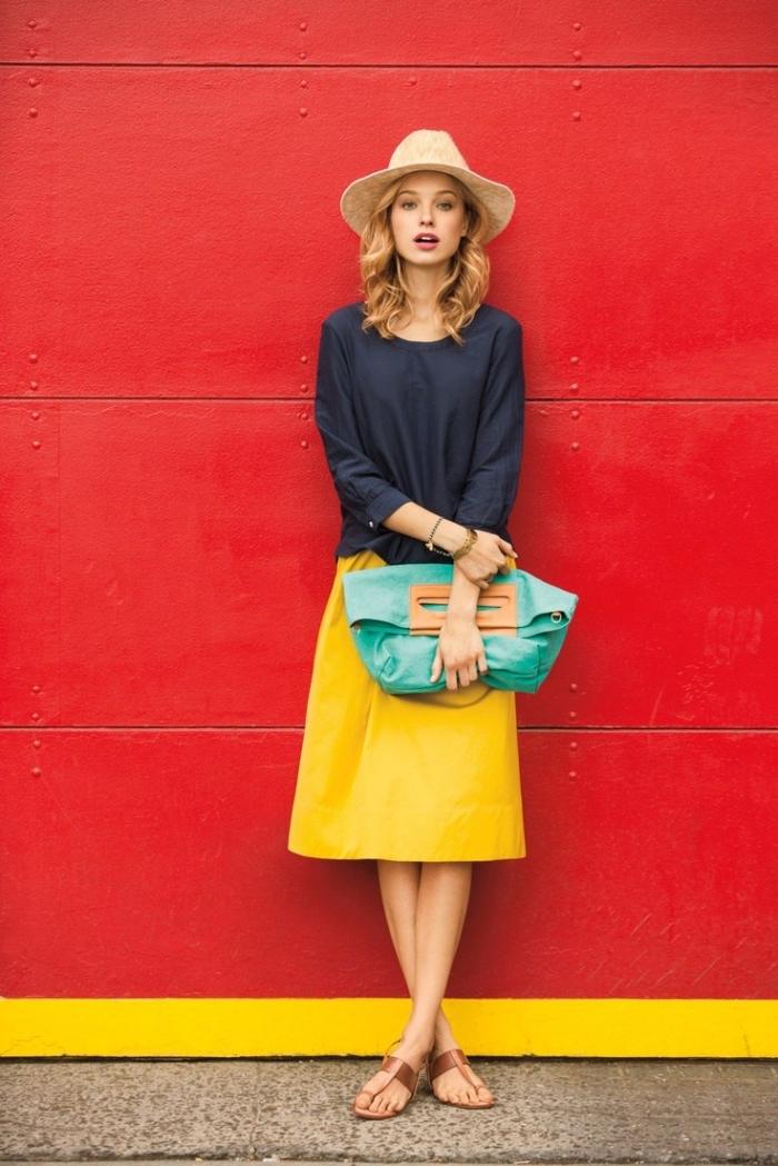 idée pour assortir les couleurs de ses vêtements, jupe longueur genoux en jaune moutarde avec blouse femme en bleu foncé
