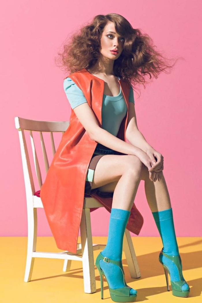 melange de couleur dans la mode, gilet long en cuir sans manches rouge avec blouse verte pastel et jupe marron courte