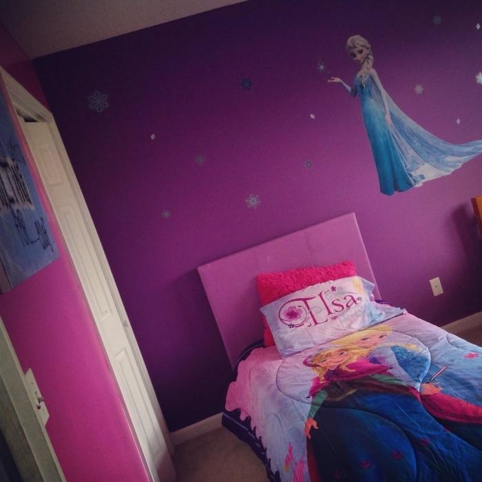 peinture interieur, chambre fille aux murs violets avec stickers autocollant Elsa et flocons de neige