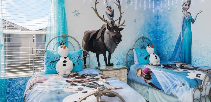 aménagement chambre d'enfant à design Frozen, Olaf en peluche, couverture de lit et oreillers à design Frozen