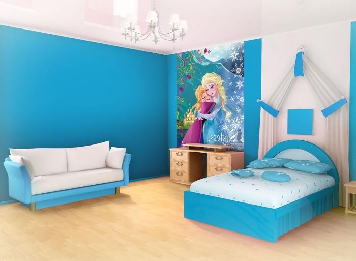 decoration reine des neiges, chambre d'enfant en blanc et bleu à design Frozen, petits meubles blanc et bleu