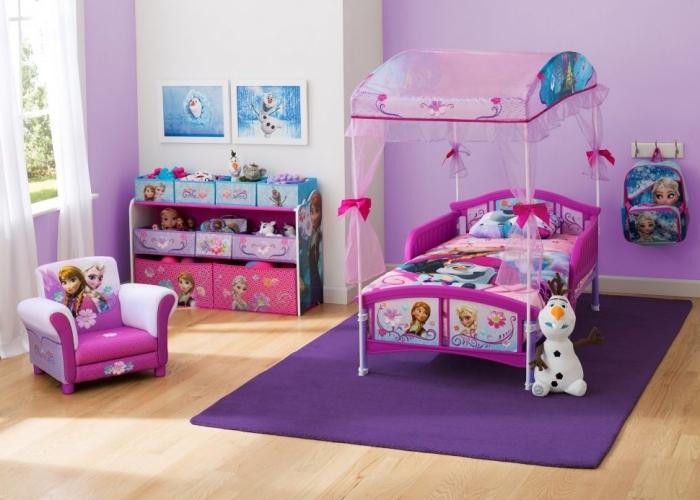 deco chambre fille, petit lit à baldaquin avec cadre rose à design Elsa et Anna, peinture Olaf avec cadre blanc