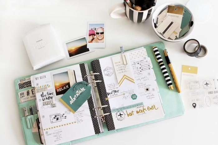 faire un carnet de voyage fashion, exemple scrapbooking avec un carnet blanc et noir à couverture verte