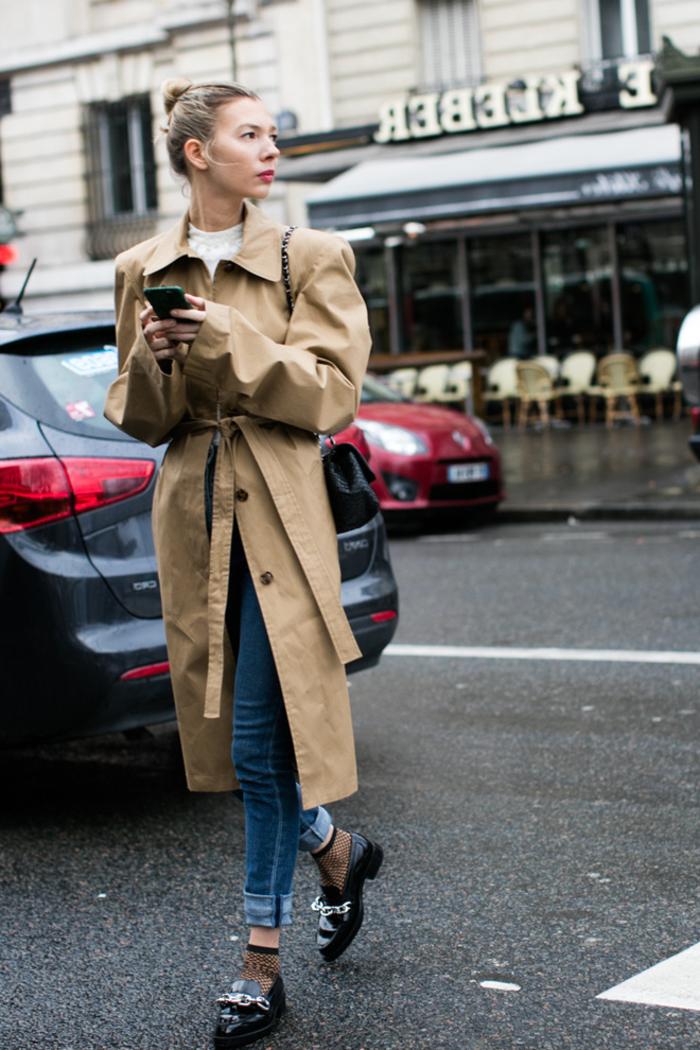 look chic et élégant en manteau kaki femme de coupe trench pimpé de derbies rock et des chaussettes en résilles