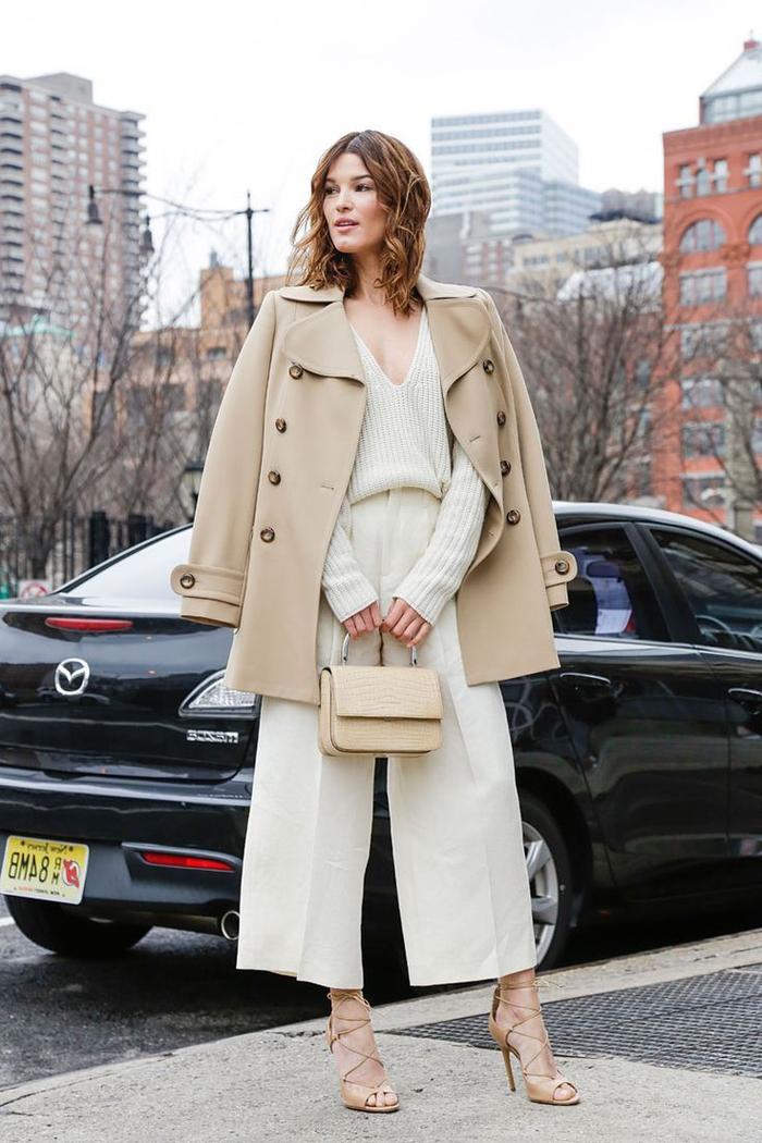 look chic et sophistique qui dénote de la puissance avec un manteau camel et une tenue élégante en crème