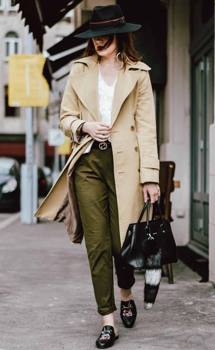 idée pour une tenue pantalon kaki pour aller au bureau, un tailleur pantalon vert militaire associé à un trench beige et des mules fleuries