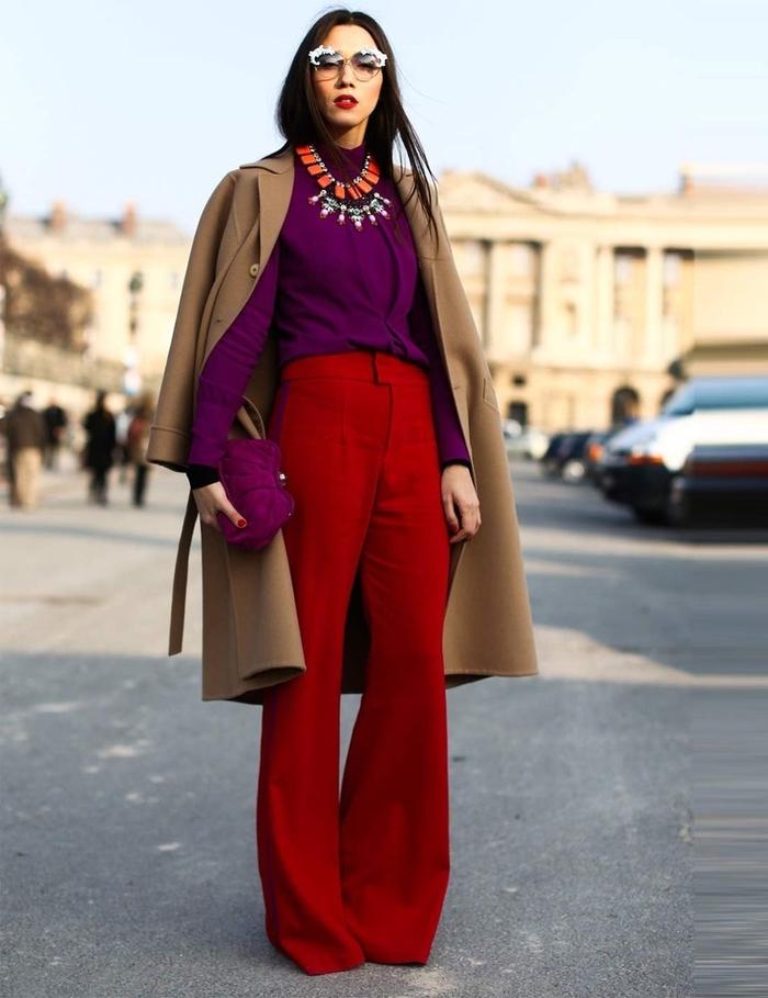 tenue élégante en manteau camel qui affiche une association audacieuses de couleurs vives
