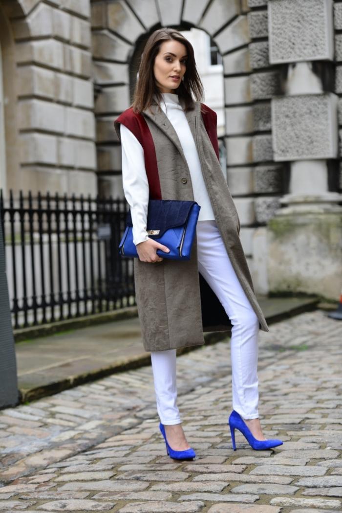 dégaine sophistiquée avec un manteau long femme sans manche de style graphique, une tenue en blanc et des accessoires cobalt