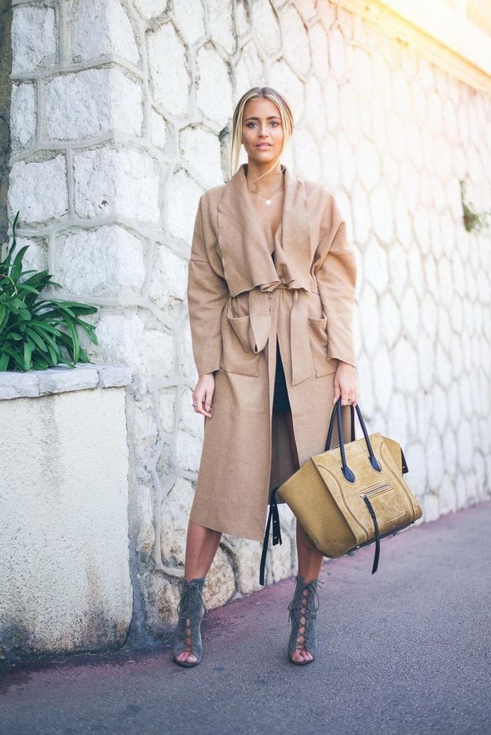 look chic en manteau camel de coupe trench associé à des bottines ouvertes à lacets couleur vert kaki
