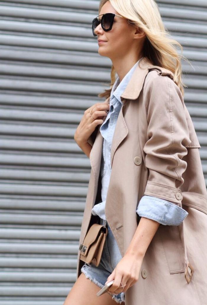 look de mi-saison avec un manteau long femme de coupe trench et une chemise d homme en bleu ciel