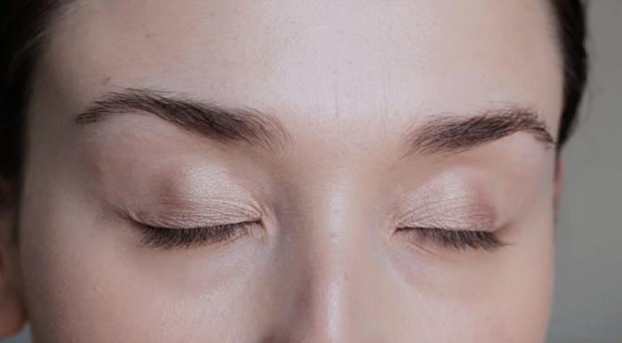 tuto maquillage des yeux, appliquer une couche de fards à paupières marron, réaliser un maquillage nude