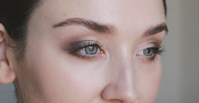 tuto maquillage yeux, réaliser un contouring visage facile, comment mettre fards à paupières marron