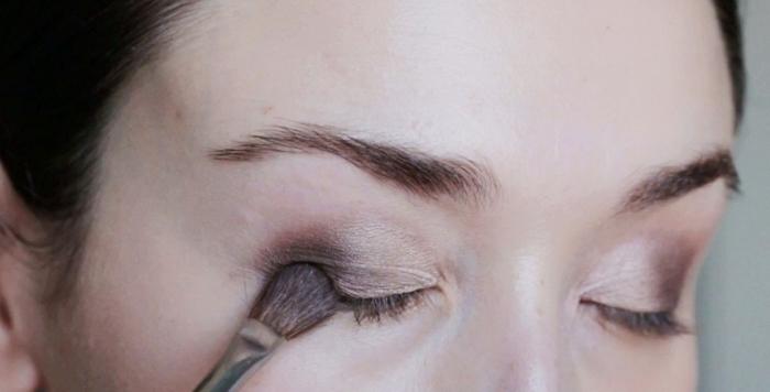 astuces beauté pour intensifier le regard, appliquer ombres marron sur paupières, maquillage yeux tutoriel