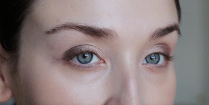 comment se maquiller, photo avec étape à suivre pour maquiller ses yeux verts, fards à paupières marron et beige