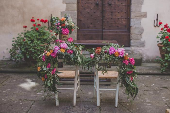 mariage champêtre, décoration chaises fleuries par des guirlandes de fleurs, idée de mariage floral à la campagne