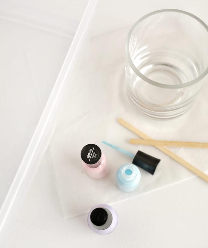 matériaux nécessaires pour fabriquer un bougeoir en verre simple avec decoration effet marbre, créée avec du vernis à ongles