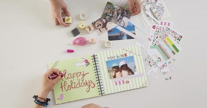 comment faire un album photo personnalisé aux pages colorées, rubans adhésifs et stickers autocollants pour scrapbooking