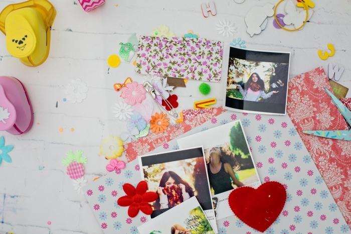 embellissements scrapbooking en plusieurs couleurs, comment faire un album ou une carte personnalisée