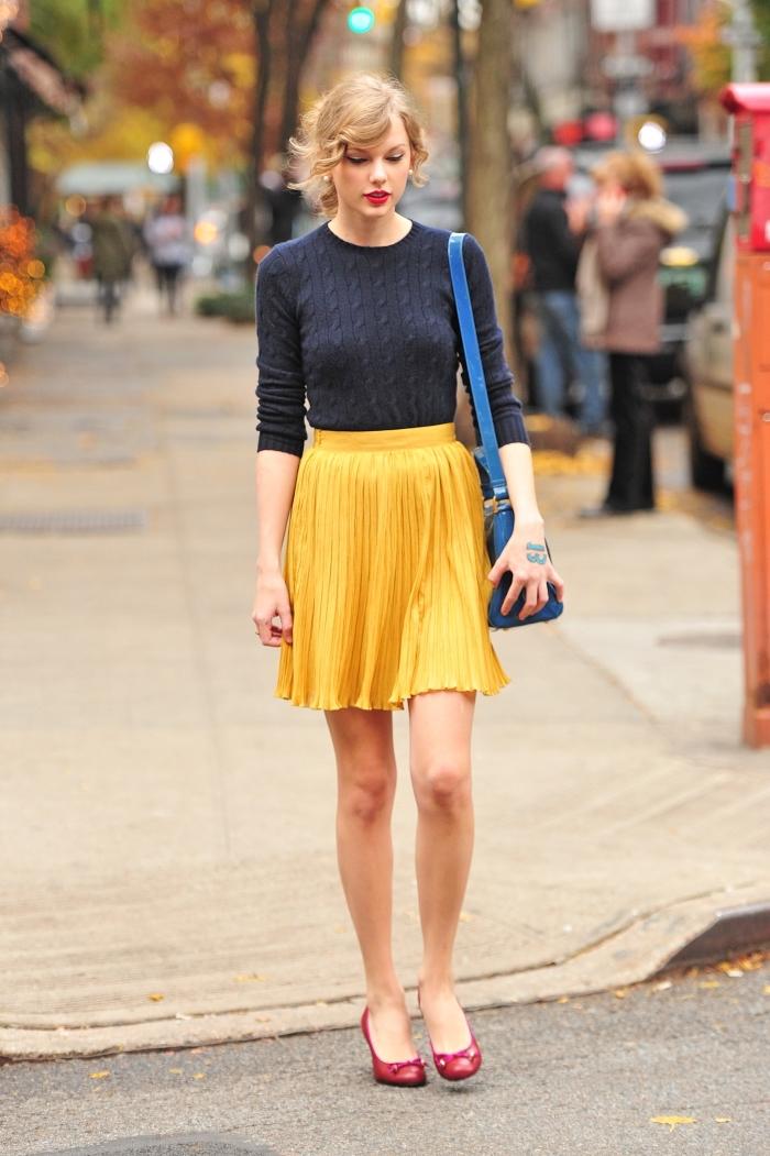 combiner les couleurs complémentaires jaune et bleu, chaussures rouges avec jupe jaune moutarde et pull bleu foncé