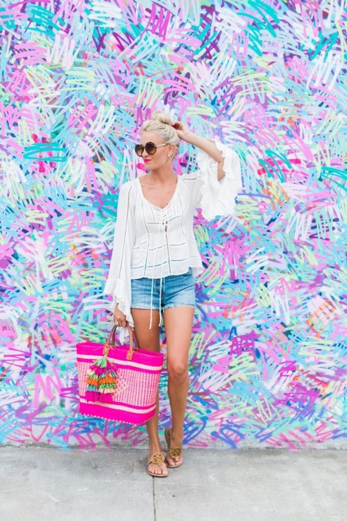 vetement femme, paire de shorts en denim avec chemise blanches et sac à main rose bonbon, coiffure cheveux longs en chignon haut